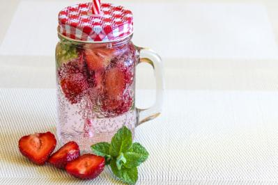 mineral water with strawberries 1411368 960 720